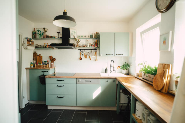Trầm trồ căn bếp của mẹ bỉm sữa 9X Việt ở Đức: Tự cưa gỗ, đóng đinh, sơn, vẽ toàn bộ, chi phí chỉ 10 triệu đồng - Ảnh 9.