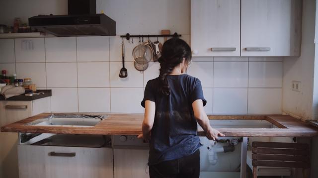 Trầm trồ căn bếp của mẹ bỉm sữa 9X Việt ở Đức: Tự cưa gỗ, đóng đinh, sơn, vẽ toàn bộ, chi phí chỉ 10 triệu đồng - Ảnh 3.