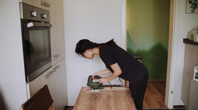 Trầm trồ căn bếp của mẹ bỉm sữa 9X Việt ở Đức: Tự cưa gỗ, đóng đinh, sơn, vẽ toàn bộ, chi phí chỉ 10 triệu đồng - Ảnh 4.