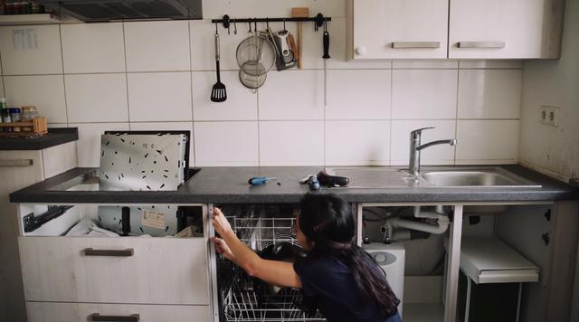 Trầm trồ căn bếp của mẹ bỉm sữa 9X Việt ở Đức: Tự cưa gỗ, đóng đinh, sơn, vẽ toàn bộ, chi phí chỉ 10 triệu đồng - Ảnh 2.