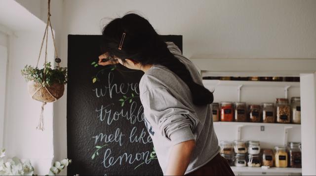 Trầm trồ căn bếp của mẹ bỉm sữa 9X Việt ở Đức: Tự cưa gỗ, đóng đinh, sơn, vẽ toàn bộ, chi phí chỉ 10 triệu đồng - Ảnh 6.