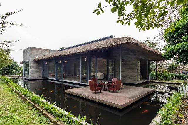 Nhà mái tranh của giám đốc marketing Việt đạt giải trên báo Mỹ: Hồ cá Koi bao quanh, chi phí 2,5 tỷ đồng - Ảnh 1.