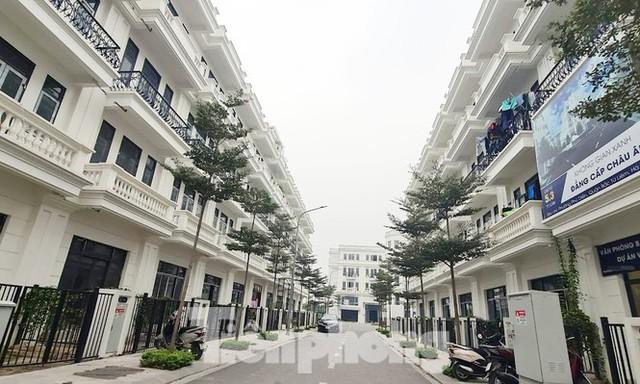 Cận cảnh nở rộ biệt thự, liền kề tại Hà Nội bóp méo quy hoạch - Ảnh 2.