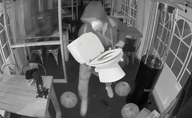 Bị bắt sau khi trộm 18 cái... bồn cầu, thủ phạm tiết lộ mục đích khiến dân mạng ngỡ ngàng - Ảnh 2.