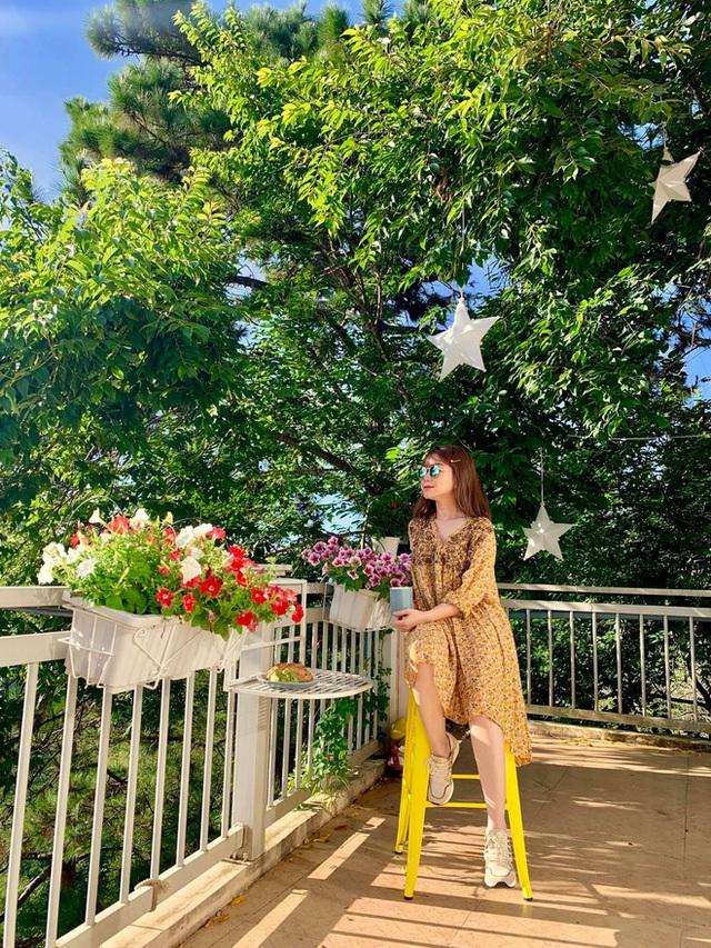 Rời Sài Gòn, cặp vợ chồng lên Đà Lạt xây ngôi nhà hướng mặt ra thung lũng, nhìn vườn hoa đào đẹp như cổ tích mà mê mệt - Ảnh 26.
