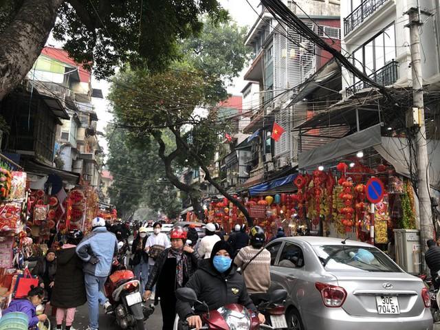 Đến hẹn lại lên, người dân chen chân ở phố Hàng Mã sắm Tết - Ảnh 1.