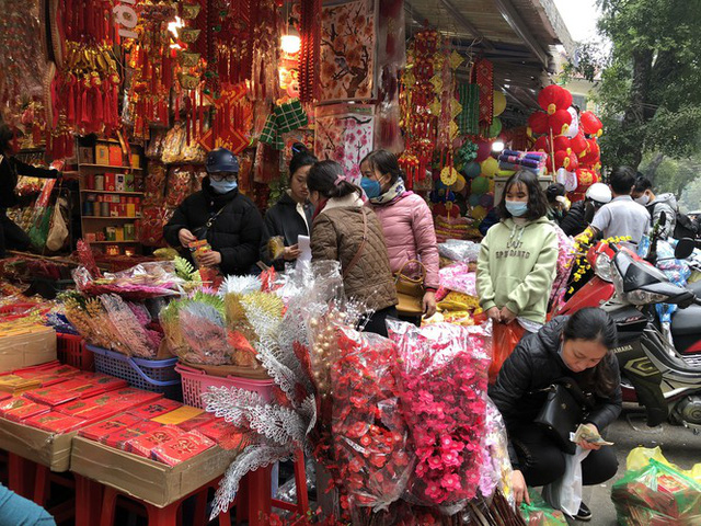 Đến hẹn lại lên, người dân chen chân ở phố Hàng Mã sắm Tết - Ảnh 2.