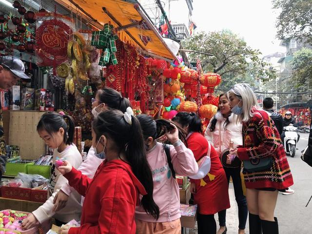 Đến hẹn lại lên, người dân chen chân ở phố Hàng Mã sắm Tết - Ảnh 14.