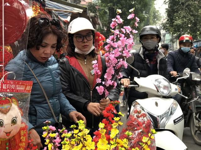 Đến hẹn lại lên, người dân chen chân ở phố Hàng Mã sắm Tết - Ảnh 9.