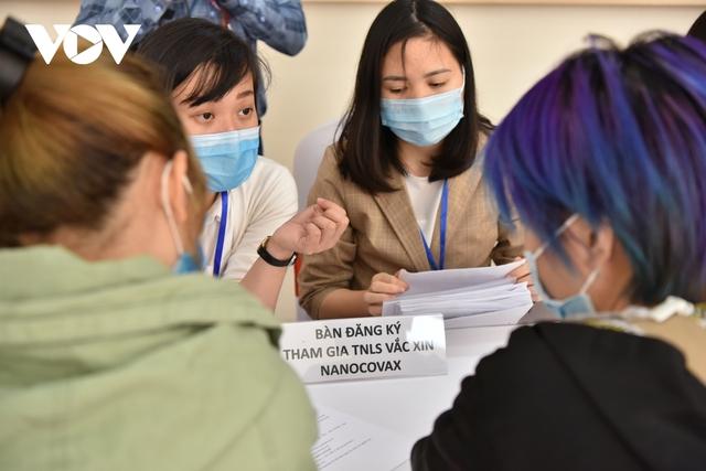 Hôm nay, tiêm liều Nanocovax 50 mcg thứ hai cho các tình nguyện viên  - Ảnh 1.