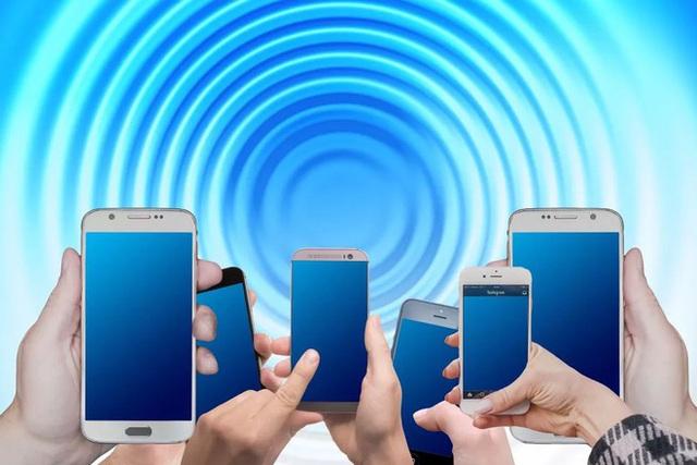Điện thoại Android mất giá nhanh gấp đôi iPhone - Ảnh 1.