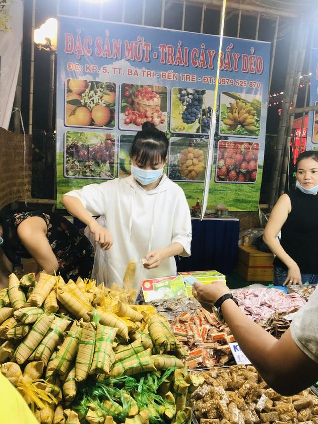 Bánh chưng, gà nướng Gia Lai hút người Sài Gòn ngày cận Tết - Ảnh 6.