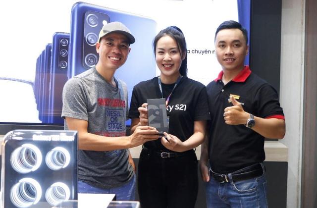 FPT Shop giao siêu phẩm Galaxy S21 Series đầu tiên tại Việt Nam cho khách hàng - Ảnh 1.