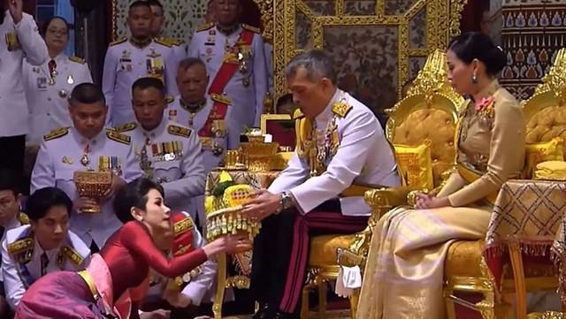 Hoàng quý phi Thái Lan bất ngờ được phong làm Hoàng hậu - Ảnh 1.
