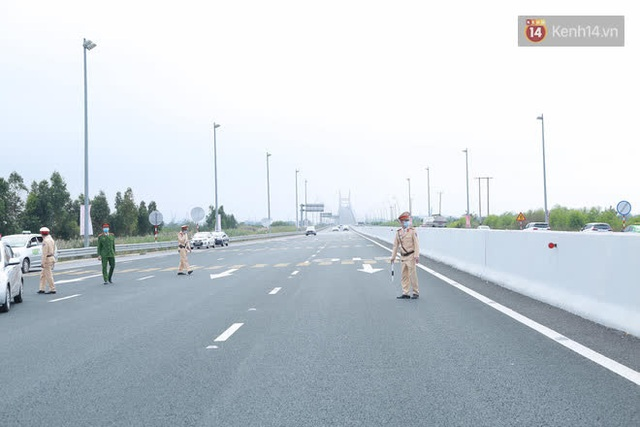 Ảnh: Người dân vạ vật trên cao tốc Hải Phòng - Quảng Ninh vì diễn biến bất ngờ của dịch COVID-19 - Ảnh 4.