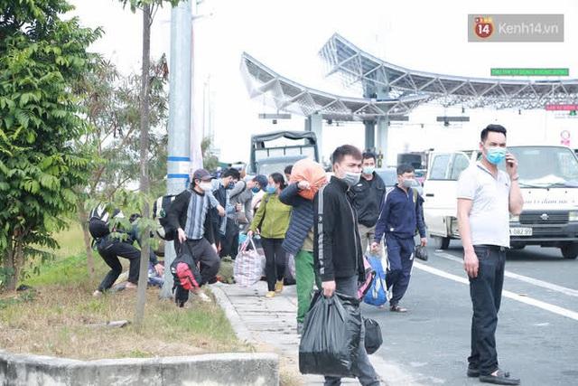Ảnh: Người dân vạ vật trên cao tốc Hải Phòng - Quảng Ninh vì diễn biến bất ngờ của dịch COVID-19 - Ảnh 6.