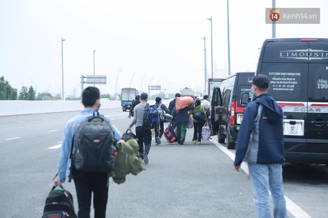 Ảnh: Người dân vạ vật trên cao tốc Hải Phòng - Quảng Ninh vì diễn biến bất ngờ của dịch COVID-19 - Ảnh 14.