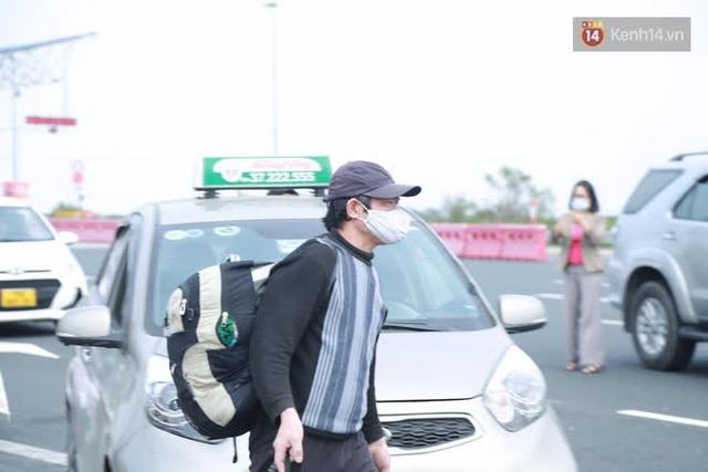 Ảnh: Người dân vạ vật trên cao tốc Hải Phòng - Quảng Ninh vì diễn biến bất ngờ của dịch COVID-19 - Ảnh 15.