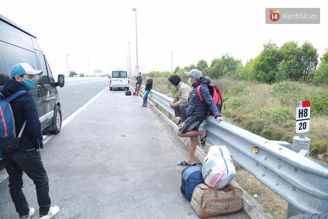 Ảnh: Người dân vạ vật trên cao tốc Hải Phòng - Quảng Ninh vì diễn biến bất ngờ của dịch COVID-19 - Ảnh 16.