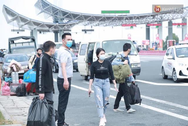 Ảnh: Người dân vạ vật trên cao tốc Hải Phòng - Quảng Ninh vì diễn biến bất ngờ của dịch COVID-19 - Ảnh 17.