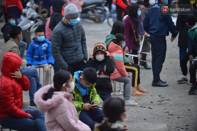 Ảnh: Hàng trăm người dân xã Hưng Đạo (Hải Dương) đội rét, chờ lấy mẫu xét nghiệm Covid-19 - Ảnh 15.