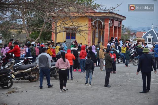 Ảnh: Hàng trăm người dân xã Hưng Đạo (Hải Dương) đội rét, chờ lấy mẫu xét nghiệm Covid-19 - Ảnh 3.