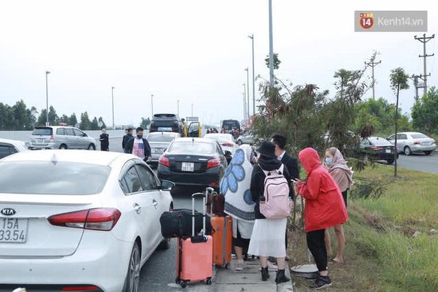 Ảnh: Người dân vạ vật trên cao tốc Hải Phòng - Quảng Ninh vì diễn biến bất ngờ của dịch COVID-19 - Ảnh 7.