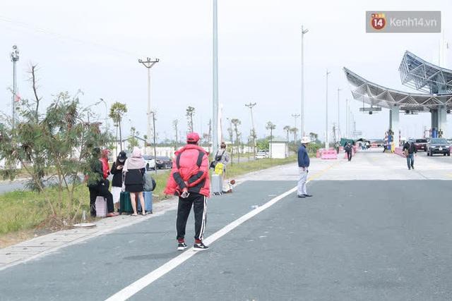 Ảnh: Người dân vạ vật trên cao tốc Hải Phòng - Quảng Ninh vì diễn biến bất ngờ của dịch COVID-19 - Ảnh 8.