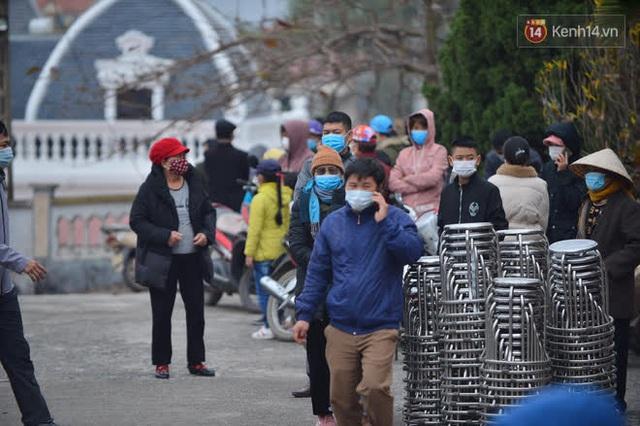 Ảnh: Hàng trăm người dân xã Hưng Đạo (Hải Dương) đội rét, chờ lấy mẫu xét nghiệm Covid-19 - Ảnh 6.