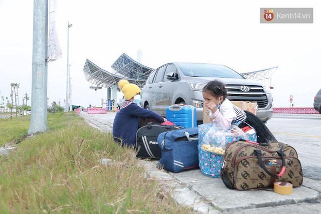 Ảnh: Người dân vạ vật trên cao tốc Hải Phòng - Quảng Ninh vì diễn biến bất ngờ của dịch COVID-19 - Ảnh 9.