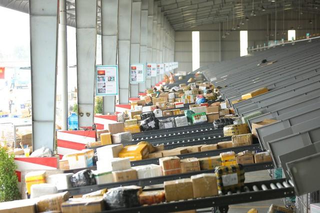 Trung tâm logistics miền Nam của Viettel Post: Băng chuyền chia chọn công suất lớn nhất Việt Nam, tối ưu 91% nhân lực, sai sót gần như bằng 0 - Ảnh 8.