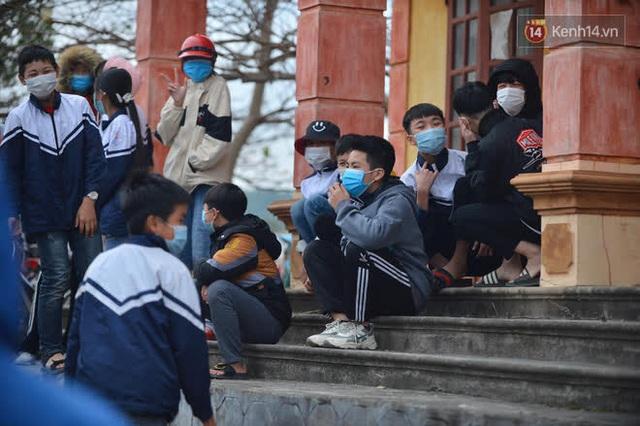 Ảnh: Hàng trăm người dân xã Hưng Đạo (Hải Dương) đội rét, chờ lấy mẫu xét nghiệm Covid-19 - Ảnh 7.