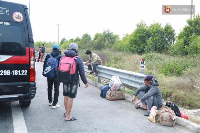 Ảnh: Người dân vạ vật trên cao tốc Hải Phòng - Quảng Ninh vì diễn biến bất ngờ của dịch COVID-19 - Ảnh 10.