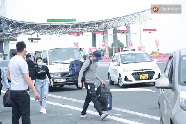 Ảnh: Người dân vạ vật trên cao tốc Hải Phòng - Quảng Ninh vì diễn biến bất ngờ của dịch COVID-19 - Ảnh 11.