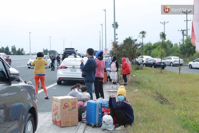 Ảnh: Người dân vạ vật trên cao tốc Hải Phòng - Quảng Ninh vì diễn biến bất ngờ của dịch COVID-19 - Ảnh 12.