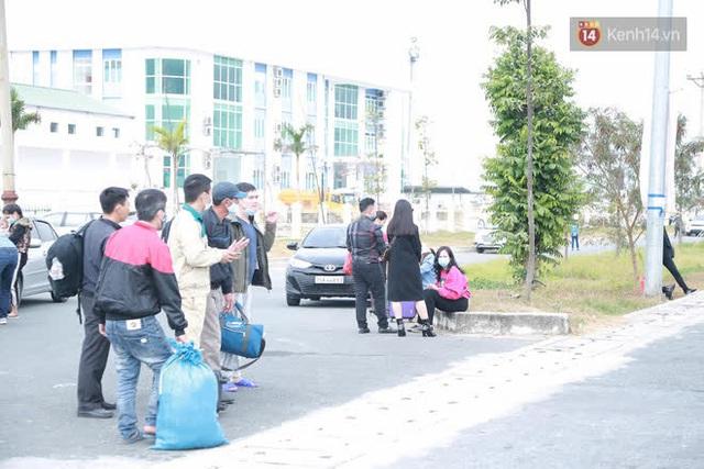 Ảnh: Người dân vạ vật trên cao tốc Hải Phòng - Quảng Ninh vì diễn biến bất ngờ của dịch COVID-19 - Ảnh 13.