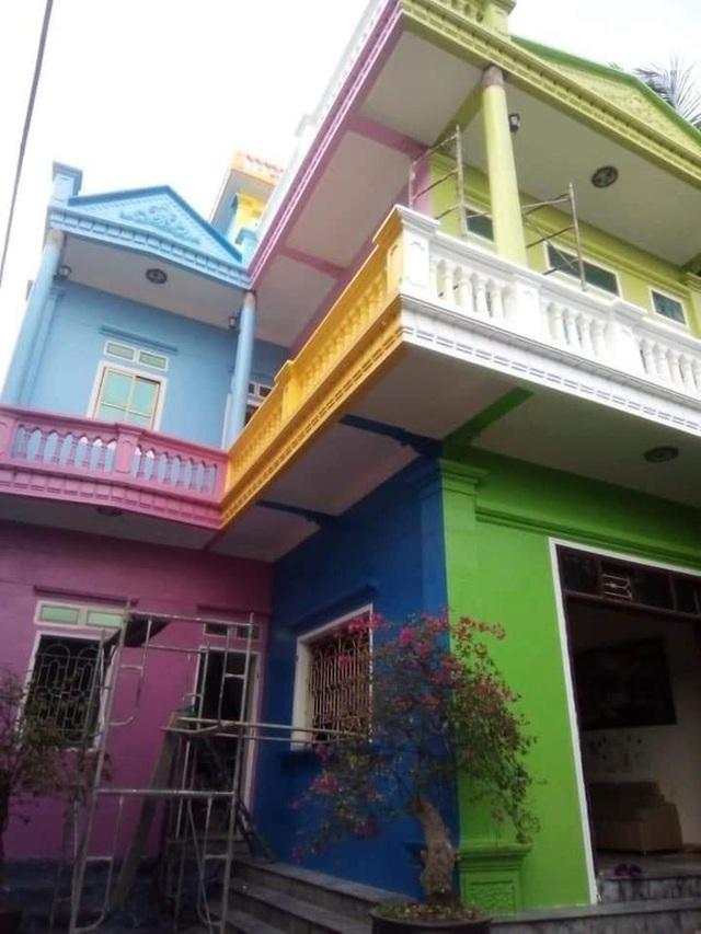 Căn nhà sơn đủ màu sắc loè loẹt nhìn mà nhức mắt, hậu quả của chuyện 5 người 10 ý đây chăng? - Ảnh 1.