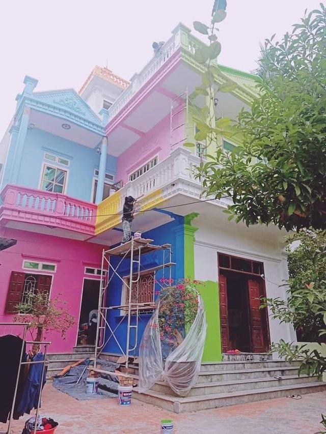 Căn nhà sơn đủ màu sắc loè loẹt nhìn mà nhức mắt, hậu quả của chuyện 5 người 10 ý đây chăng? - Ảnh 2.
