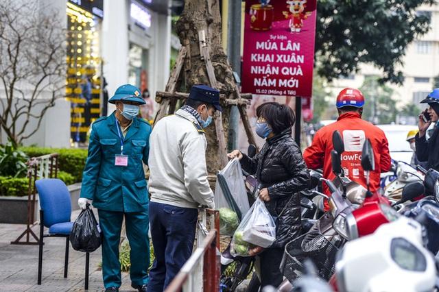 Ảnh: Người dân tiếp tế lương thực cho toà chung cư có người mắc COVID-19 ở Time City Hà Nội - Ảnh 11.