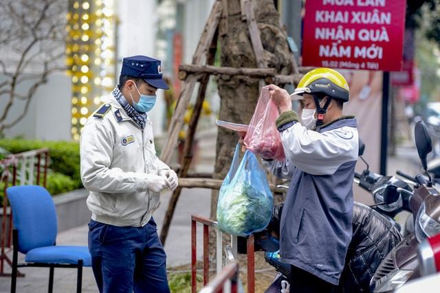 Ảnh: Người dân tiếp tế lương thực cho toà chung cư có người mắc COVID-19 ở Time City Hà Nội - Ảnh 12.