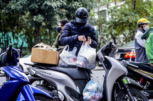 Ảnh: Người dân tiếp tế lương thực cho toà chung cư có người mắc COVID-19 ở Time City Hà Nội - Ảnh 13.