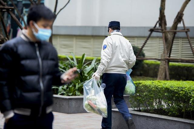 Ảnh: Người dân tiếp tế lương thực cho toà chung cư có người mắc COVID-19 ở Time City Hà Nội - Ảnh 14.