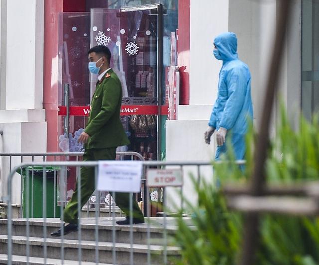 Ảnh: Người dân tiếp tế lương thực cho toà chung cư có người mắc COVID-19 ở Time City Hà Nội - Ảnh 3.