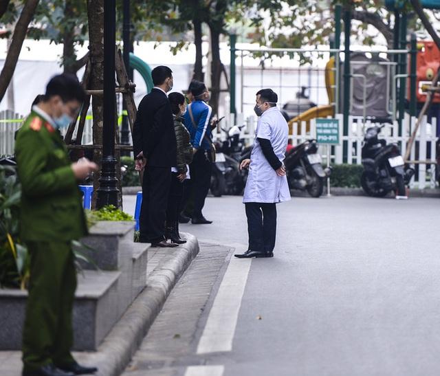 Ảnh: Người dân tiếp tế lương thực cho toà chung cư có người mắc COVID-19 ở Time City Hà Nội - Ảnh 6.