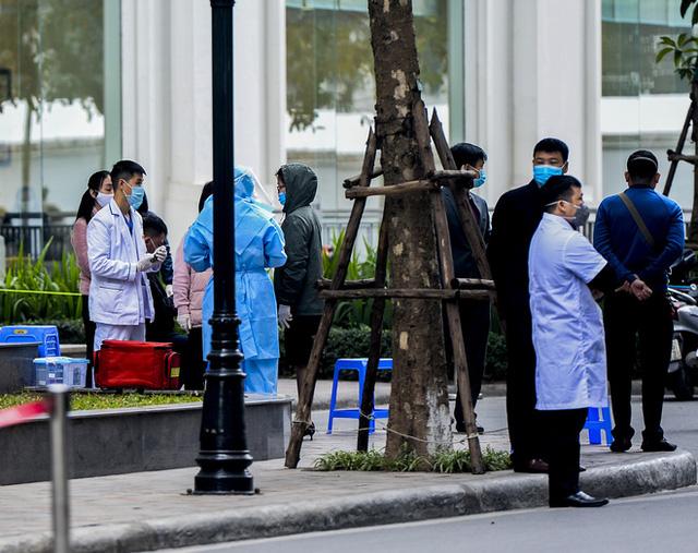Ảnh: Người dân tiếp tế lương thực cho toà chung cư có người mắc COVID-19 ở Time City Hà Nội - Ảnh 8.