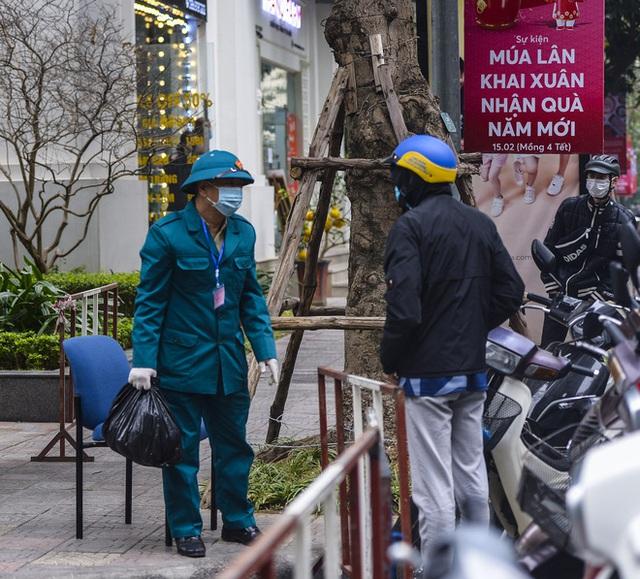 Ảnh: Người dân tiếp tế lương thực cho toà chung cư có người mắc COVID-19 ở Time City Hà Nội - Ảnh 10.