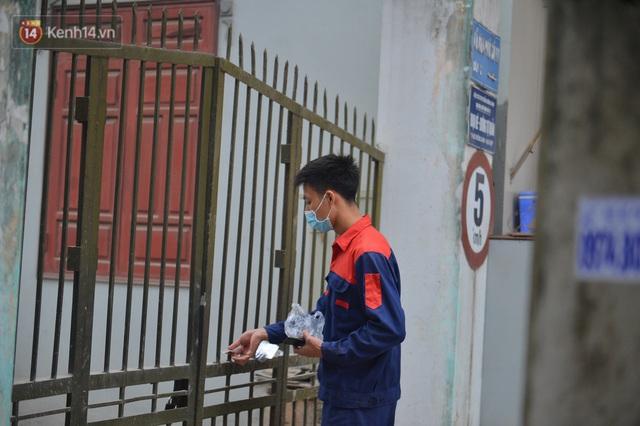 Ảnh: Người dân Đông Anh trèo cổng, mang gà, rau tiếp tế cho người thân trong khu cách ly - Ảnh 11.