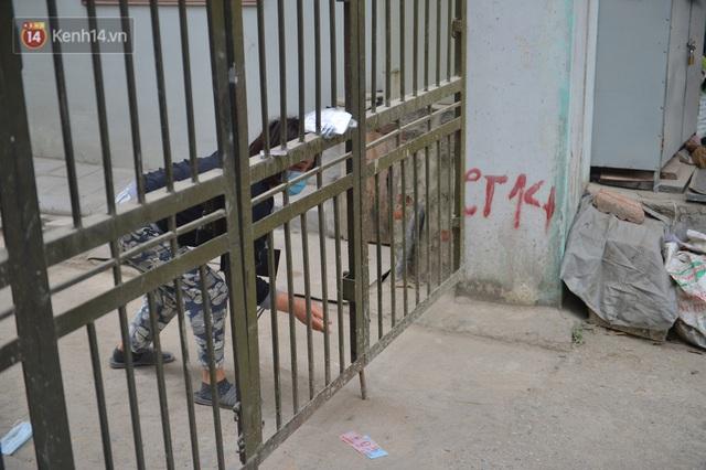 Ảnh: Người dân Đông Anh trèo cổng, mang gà, rau tiếp tế cho người thân trong khu cách ly - Ảnh 13.