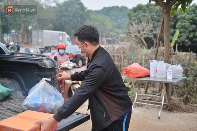 Ảnh: Người dân Đông Anh trèo cổng, mang gà, rau tiếp tế cho người thân trong khu cách ly - Ảnh 21.