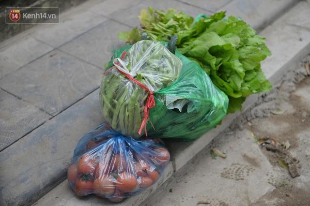 Ảnh: Người dân Đông Anh trèo cổng, mang gà, rau tiếp tế cho người thân trong khu cách ly - Ảnh 10.